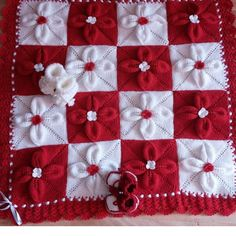 Kırmızı beyaz örgü bebek battaniye