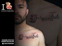 Tatuaje tipográfico en el pecho.  De Yarda en ZUK Tattoo Piercing de Lleida.