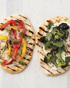 Grilled Broccoli Flatbreat Pizzas and Pepper Provolone Flatbread Pizzas. yum (and vegetarian)! From Everyday Food Magazine. Grilled Flatbread Pizza, Grilled Pizza Recipes, Yummy Pasta Recipes, Cooking Recipes, Yummy Food, Vegetarian Recipes, Grilled Food, Tasty, Healthy Recipes