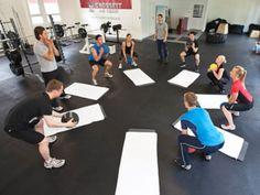 CrossFit ist ein neuer Fitnesstrend aus den USA. Dahinter steckt ein Training, das alle Muskeln trainiert und nicht nur eine bestimmte Körperregion.