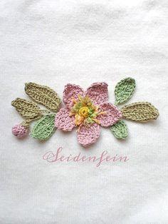 Christmas Rose, Crochet Home Decor, Christen, Crochet Flowers, Knitting, Dekoblog, Crochet Jewellery, Appliques, Hearts