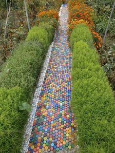 Allée de jardin avec des bouchons en plastique récupérés.  21 idées à couper le souffle pour recycler les bouchons en plastique