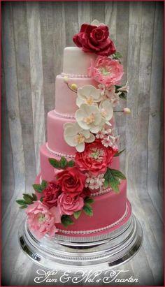 Pink gumpaste flower weddingcake - Cake by Sam & Nel's Taarten