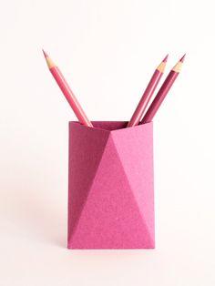 3box L ist es ein Papier-Bleistift-Cup. Sie können legen Sie sie auf Ihrem Schreibtisch oder Regal, aber auch mit der Pin auf dem Kork-Brett oder mit dem Magneten auf einer Magnettafel clip.  Das Paket umfasst flache Box, alle erforderlichen Anlagen und ein Handbuch mit großen Zeichnungen für die einfache Montage.  Um es einfacher zu machen, wir haben ein 1 Minute video-Tutorial erklärt, wie man die Boxen in eine einfache und schnelle Weise Falten: https://vimeo.com/173743847. ...