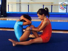 ペアになって補強に取り組む半袖レオタード姿の女子体操選手