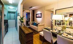 Os truques usuais podem ser bem usados: Paredes claras, muito uso do branco, espelhos, cozinha aberta, sofás pequenos, farta iluminação, o mínimo de portas, sem mesa de centro no estar estreito