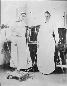 Marie Curie con su hija Irène en un hospital de campaña durante la Primera Guerra Mundial.