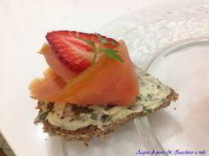 """Le """"Tartine di pane nero con burro aromatizzato, salmone affumicato e fragole"""" hanno un sapore molto intenso e particolare. Sono perfette per un aperitivo con gli amici o da servire con un antipasto di pesce! ;)"""