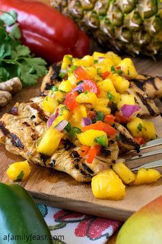 Marinated Chicken with Tropical Salsa Grilled Marinated Chicken with Tropical Salsa - Perfect for summer barbecues!Grilled Marinated Chicken with Tropical Salsa - Perfect for summer barbecues! Grilling Recipes, Cooking Recipes, Healthy Recipes, Vegetarian Grilling, Healthy Grilling, Barbecue Recipes, Barbecue Sauce, Vegetarian Food, Healthy Food