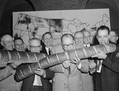 """""""En ese momento era presidente de la Confederación de Organizaciones Granjeras de Kansas y su nombre se citaba con respeto entre los labradores del Medio Oeste, así como en ciertos despachos de Washington, donde había sido miembro del Comité de Créditos Agrícolas durante la administración de Eisenhower"""". """"A sangre fría"""", Truman Capote."""