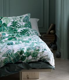 Duvet cover set in cotton with a printed pattern. Duvet cover fastens at foot end with concealed metal snap fasteners. One pillowcase. Bed Sets, Bed Duvet Covers, Duvet Cover Sets, Home Bedroom, Bedroom Decor, Estilo Tropical, Tropical Bedrooms, Cheap Bed Sheets, Single Duvet Cover
