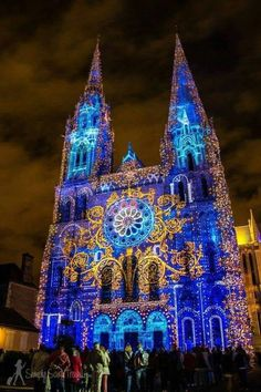 Chartres en Lumières - Most people treat Chartres as a day trip or stop-over on the way to or from Paris. It's star attraction, the Chartres Cathedral, can be toured in an hour (allow more time to really explore it thoroughly). Church Architecture, Beautiful Architecture, Beautiful Buildings, Beautiful Places, Places Around The World, Around The Worlds, Belle France, Cathedral Church, Chapelle