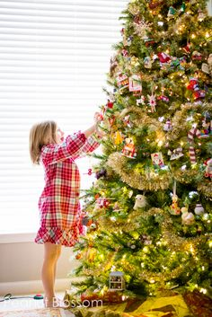 5 Tips for no-stress Christmas photos. Love these ideas for capturing the children interacting with the tree!