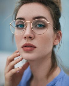 Lifestyle Female Portrait Photography by Alessandro Bondielli Amazing street style portraits by Ales Glasses Frames Trendy, Cute Glasses, New Glasses, Girls With Glasses, Glasses Online, Makeup With Glasses, Gold Round Glasses, Girl Glasses, Ray Ban Mujer