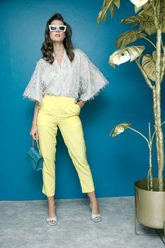 Kimono plata con flecos Map, pantalón amarillo Petite Studio, sandalias azules Circus by Sam Edelman y lentes blancos Le Specs.