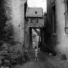 Robert Doisneau // Le Mans, 1962. ( http://www.gettyimages.co.uk/detail/news-photo/little-girl-playing-in-a-street-of-the-old-town-of-le-mans-news-photo/452142716
