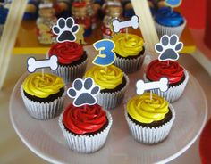 Cupcakes decorated with colorful whipped cream and doggy patrol signs, Paw Patrol Cupcakes, Paw Patrol Cake, Puppy Birthday Parties, Puppy Party, Paw Patrol Party Decorations, Paw Patrol Birthday Theme, Snacks Für Party, Bunt, Minis