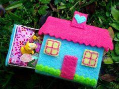 This tiny Traveling Fairy House is a matchbox! There are various versions of this but I like this one from Polka Dot Daze . Kids Crafts, Cute Crafts, Felt Crafts, Craft Projects, Paper Crafts, Operation Christmas Child, Matchbox Crafts, Matchbox Art, Diy With Kids
