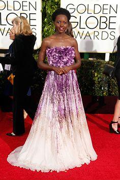 Lupita Nyongo en Violeta para los Golden Globe Awards 2015