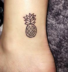 kleine-tattoos-ananas-fuß-hacken-obst-exotisch-frucht