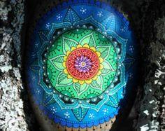 Galet peint à la main - Mandala bleuv vert / Hand painted pebble - blue and green mandala - Modifier une fiche produit - Etsy