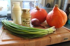 Pompoensoep met mosterd, mmm 1 pompoen van ongeveer 1 kg 2 tenen knoflook 1 rode ui 2 groentebouillon blokjes 1 eetlepel grove mosterd room bosui/ of bieslook boter staafmixer Eerst het zware werk, snijd de pompoen in stukken en haal de pitten en de draden er uit. Snijd het daarna in mooie stukjes. Fruit de ui en de uitgeperste tenen knoflook even aan in een klein beetje boter. Voeg daarna de stukjes pompoen toe en bak dit ongeveer 5 minuten mee. Voeg nu ongeveer 750 milliliter water toe…