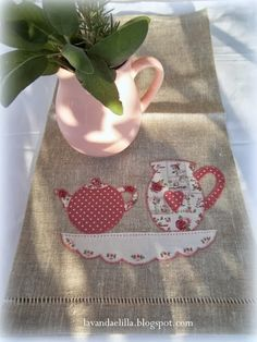 Lavender and lilac: Cups and jugs . Sewing Appliques, Applique Patterns, Applique Designs, Free Motion Embroidery, Embroidery Applique, Machine Embroidery, Sewing Crafts, Sewing Projects, Quilted Table Runners