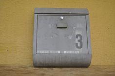 So sah der Briefkasten früher mal aus: ein bisschen ramponiert, aber mit Charakter! Deswegen habe ich ihn für die Aktion ausgewählt.