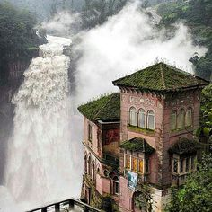 abandoned haunted hotel in San Antonio del Tequendama, Colombia Abandoned Mansions, Abandoned Buildings, Abandoned Places, Angkor, Places To Travel, Places To See, Travel Destinations, Places Around The World, Around The Worlds