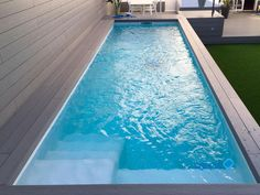 pool fiber Elevated pool of work, wood and gressite in Badalona Swiming Pool, Small Swimming Pools, Small Backyard Pools, Backyard Pool Designs, Small Pools, Swimming Pool Designs, Mini Piscina, Moderne Pools, Small Pool Design