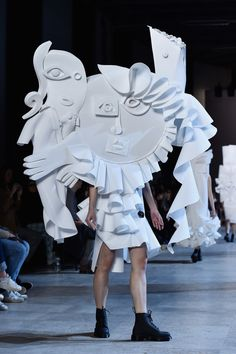 Viktor & Rolf : l'art de la mode – Expolore the best and the special ideas about Spring couture Paper Fashion, Fashion Art, Fashion Show, Fashion Design, Fashion Trends, Cubism Fashion, Live Fashion, Fashion News, Fashion Outfits