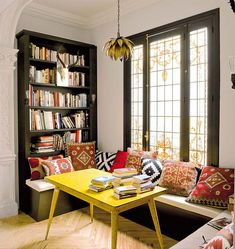 Cantinhos como estes são soluções super charmosas e acolhedoras para economizar espaço, bastando um banco, almofadas, a mesa que o espaço c...