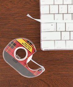 Para remover sujeiras no teclado do computador, deslize sobre ele fita durex.