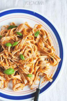 Szybkie tagliatelle z dyniowym sosem » Jadłonomia · wegańskie przepisy nie tylko dla wegan