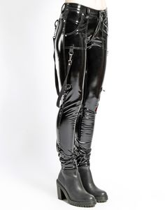 Ladies Vinyl PVC pants with straps. Skinny and tight fitting to extenuate that goth look. Pantalon Vinyl, Dance Outfits, Cool Outfits, Zombie Apocalypse Outfit, Rivethead, Combat Pants, Goth Look, Leder Outfits, Kinds Of Clothes