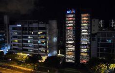 À Singapour, où chaque mètre carré est compté, un vendeur de voitures de luxe d'occasion a trouvé la parade : les proposer dans un distributeur automatique.