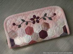 Esta linda carteira foi feita com a técnica chamada Jardim da Vovó ou English Paper Piecing, que é feita à partir de retalhos de tecid...
