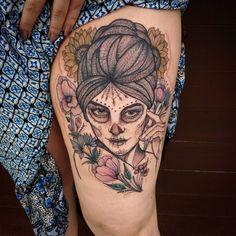 A @ethihepp me pediu uma #catrina delicada e com florais para um charme na sua nova tattoo e ai está o resultado ♡ valeu garota ♡ #catrinatattoo #botanicaltattoo #flowerstattoo #tattoo2me #tattooselection #blacktattoo #blacktattoomag #blacktattooart...