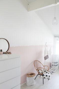 soubassement peint en rose sans démarcation droite
