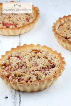 These mini crumble plum tarts are very cute, but they're also DE-LI-CI-OUS. Made with a crumble of almonds, so what's not to like about that?