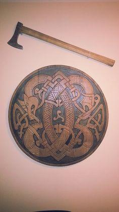 Machado e Escudo em madeira antigos