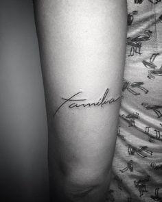 "Tatuagem feita por João Villar de Vila Velha. Escrita fina e delicada: ""Família"". Mini Tattoos, Cute Tiny Tattoos, Ribbon Tattoos, New Tattoos, Body Art Tattoos, Cool Tattoos, Tatoos, Small Tattoos With Meaning, Small Meaningful Tattoos"