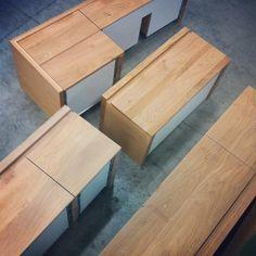 Bij Houtmerk maken we graag meubels in overleg met de klant op maat. Zo kunnen voor een kleine badkamer de meubels ondieper worden gemaakt. Ook maken we spiegelkasten uit hetzelfde materiaal als de kast voor de wastafel. We putten uit de grote voorraad en variatie in massief hout. De indeling is volledig te bepalen. Greeploze lades van massief hout en volledig houten deuren worden volgens uw wensen gemaakt. www.houtmerk.nl