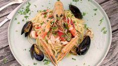 Här lagar Paolo Roberto ett av sina godaste italienska matrecept som serveras m. Here Paolo Roberto prepares one of his best Italian food recipes, served with seafood. Simply, delicious taste and do Best Italian Recipes, Linguine, Cake Ingredients, Italian Dishes, Seafood, Spaghetti, Food And Drink, Pasta, Homemade