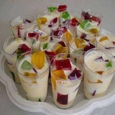 A Receita de Gelatina Colorida no Copinho é fácil de fazer e a criançada vai adorar. Você só precisa preparar cada sabor de gelatina com 1 xícara de chá de