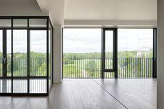 Huikea näkymä yläkerroksesta länteen, yli puiston merelle. Windows, Ramen, Window