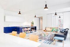 Diseño nórdico y un sofá estampado · Nordic design and a patterned sofa