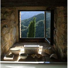 Il existe des coins de Toscane (Italie) encore vierges. C'est le cas de l'hôtel Castello di Vicarello, un authentique château du XIIème siècle, transformé en chambre d'hôte, dont les propriétaires reçoivent les invités comme on reçoit des amis d'enfance.    Castello di Vicarello, Italy