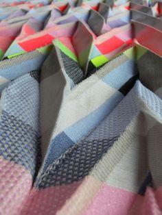 Angharad McLaren Utilisant des matériaux souvent peu conventionnels, (corde, silicone, fils électriques..), elle tisse ses motifs avec et dans la matière pour créer des tissus colorés et tri-dimensionnels. C'est à partir des techniques traditionnelles d'impression et de construction textile (plis, shibori, Jacquard…) qu'elle commence son processus créatif. Et c'est ensuite avec l'ordinateur et les technologies industrielles qu'elle fabrique ses tissus exceptionnels