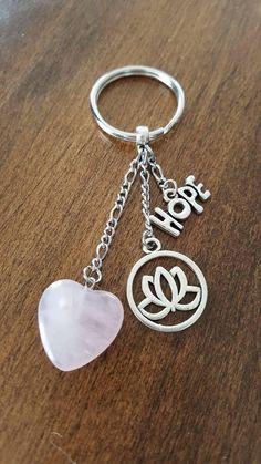 Porte-clés en pierre fine de quartz rose avec breloques fleur Quartz Rose, Heart Chakra, Personalized Items, Stone, Flowers, Rock, Rocks, Stones